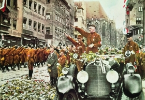 Défilé_de_SA_devant_Hitler_Nuremberg_1927
