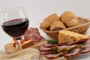 fromage-aperitif-jambon-un-verre-de-vin_3293144